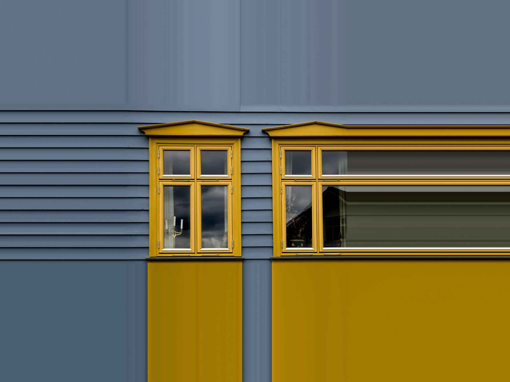 Ventana en azul y amarillo